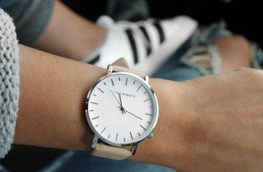 Jak nosić zegarek – przed czy za nadgarstkiem?