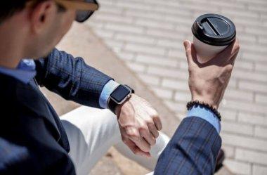 Czy smartwatch może pasować do eleganckiego stroju? Tak, jeśli wybierzesz któryś z tych modeli