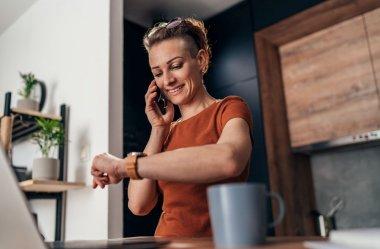Prezent dla mamy z okazji Dnia Matki w 2021 - zegarek, a może smartwatch?