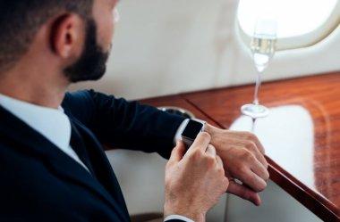 Czy smartwatch może pasować do garnituru?