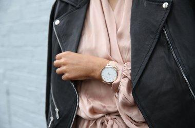 Jak nosić zegarek damski, aby pasował do reszty ubioru?