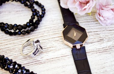 Zegarki z diamentami - dlaczego warto je wybrać?