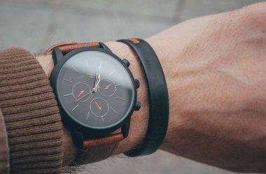 Czy zegarek trzeba nosić tylko na lewej ręce?